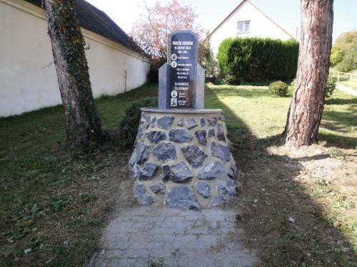 Únětice - pomník, poobnově